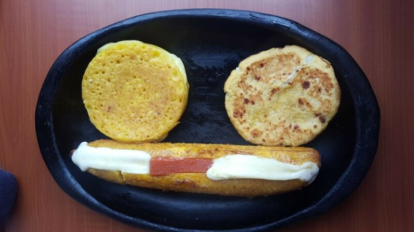 Arepa de choclo y platano con bocadillo y queso
